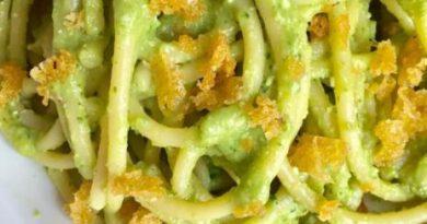 Spaghetti con pesto di broccoli e pane tostato